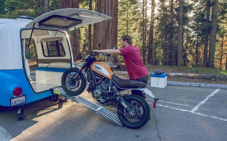 Happier Camper y moto
