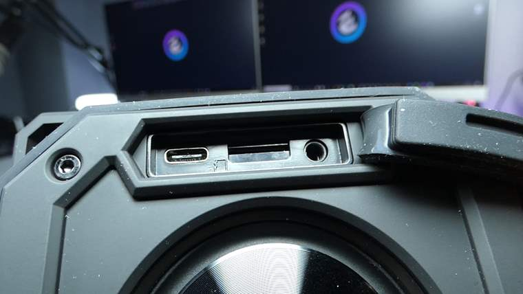 Slot para tarjeta micro sd, entrada para cable auxiliar y USB Tipo C